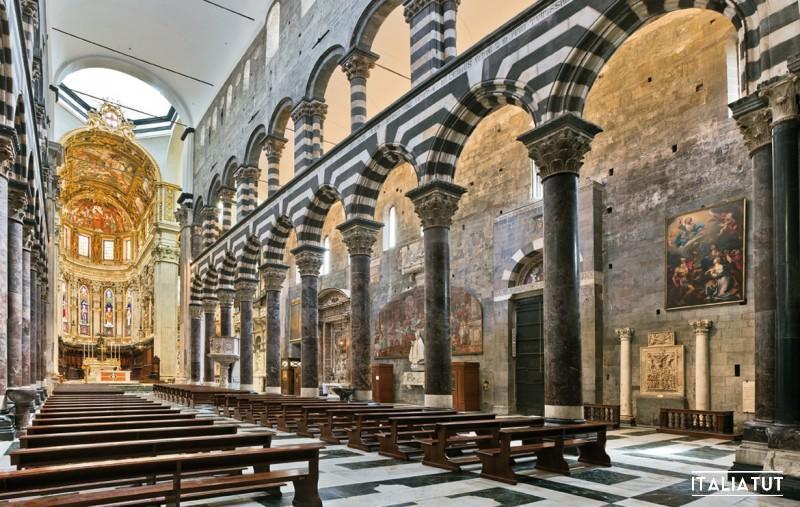 Cattedrale-di-San-Lorenzo-a-Genova-La-navata-centrale-da-sud-ovest
